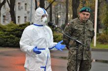 Żołnierze pomagają pensjonariuszom DPS