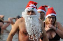 Mikołajki uczcili zakładając bikini i kąpielówki