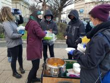 """Ruszyła akcja """"Jedzenie zamiast bomb"""". Bezdomni mogą zgłosić się po ciepłą zupę"""