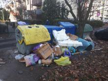Mieszkańcy ulicy Spychalskiego skarżą się na zaniedbany teren wokół mieszkań