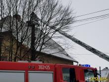 Płonąca sadza w kominie to jesienno-zimowa zmora strażaków. Może być bardzo niebezpieczna