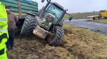 Kierujący ciągnikiem rolniczym wypadł z drogi. Kierowca ukarany mandatem
