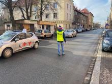 """Mężczyzna w kamizelce """"policja"""" zatrzymywał ruch na 1-Maja w Opolu. Szuka go policja"""