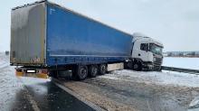Samochód ciężarowy stanął w poprzek drogi blokując dwa pasy A4