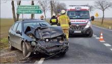 Kierowca Seata z taką siłą uderzył w forda, że auto wypadło za drogę