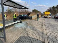 Kierująca BMW staranowała przystanek na ulicy Częstochowskiej