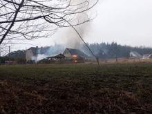 Strażacy wyjechali do pożaru samochodu. Ogień zajął też stodołę