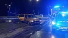 Samochód uderzył w słup w Tarnowie Opolskim. Kierowca uciekł