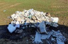 Wyrzucił śmieci na pole i był poszukiwany - został zatrzymany