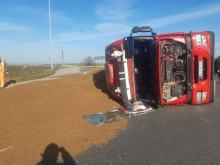 Nysa: Pijany kierowca ciężarówki nie wyrobił na zakręcie. Na rondzie rozsypało się ziarno