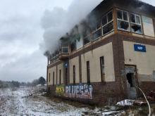 Strażacy gasili pożar wewnątrz opuszczonego budynku nastawni kolejowej