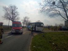 Wypadek w Lewinie Brzeskim. Autokar przewożący dzieci zderzył się z osobówką