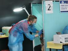 Otwarto masowy punkt szczepień w Nysie. Na halę dotarło 1700 szczepionek - starczy na 3 dni