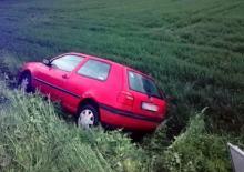 Rozbił kradziony samochód.... ukrył się w krzakach