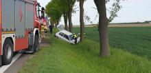 62-latek zjechał z drogi i uderzył w drzewo. Wypadek na DK94 w powiecie brzeskim
