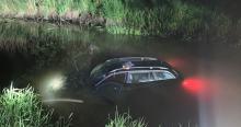 22-latek jechał swoim BMW za szybko. Pojazd wypadł z drogi i wpadł do rzeki