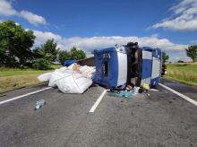 Na obwodnicy Paczkowa wywrócił się samochód ciężarowy. Na jezdnię wysypał się ładunek