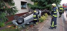 Samochód wjechał do ogródka. Wypadek na trasie Dobrzeń Wielki - Kup