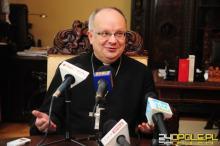 Kanclerz Kurii Opolskiej wydaje oświadczenie, a bp Andrzej Czaja prosi księży o wsparcie