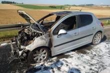 Niebezpieczny poranek na A4. Spłonął samochód osobowy, doszło też do zderzenia