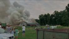 Pożar dużej hali z drewnem w powiecie strzeleckim. Strażacy walczyli kilka godzin