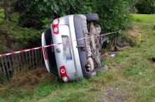 22-latek zasnął za kierownicą. Wjechał w drzewo