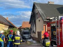 Pożar w Opolu - Chmielowicach. Od płonącego pojazdu zapaliła się elewacja budynku