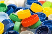 Co się dzieje z plastikowymi nakrętkami ze zbiórek?