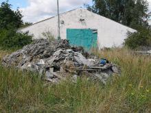 """W Otmicach od 2 lat zalegają odpady. Właściciele """"nie muszą"""" ich usuwać"""