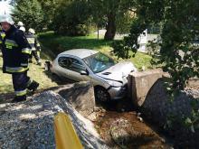 Wypadek w Grodźcu. Auto wjechało do rowu i uderzyło w betonowy przepust