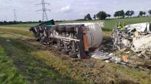 Wypadek na A4. Samochód ciężarowy staranował samochód służby drogowej