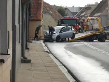 Samochód wjechał w budynek mieszkalny. Pojazd uszkodził przyłącze gazu