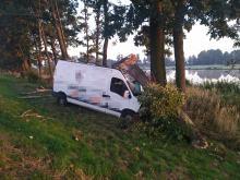 Kostów: Bus wypadł z drogi i uderzył w drzewo - jedna osoba trafiła do szpitala