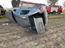 Kierująca samochodem osobowym dachowała w polu