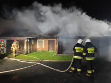 7 zastępów straży walczyło w nocy z pożarem budynku gospodarczego