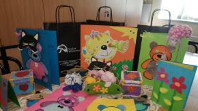 Skazane z Aresztu Śledczego w Opolu zrobiły kartki z życzeniami i maskotki na Dzień Dziecka