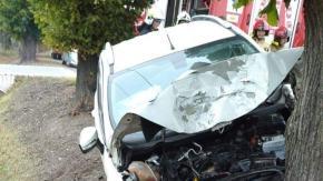Kierujący fordem uderzył w drzewo. Wypadek w gminie Wołczyn