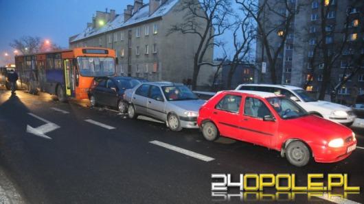Autobus z niesprawnymi hamulcami staranował cztery auta