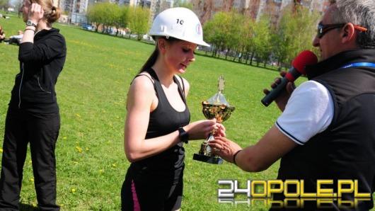 Bieg w kasku na błoniach Politechniki Opolskiej