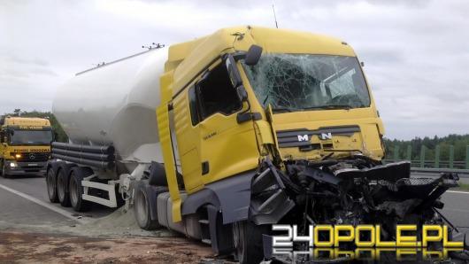 Rozszczelniony cementowóz utrudniał ruch na autostradzie