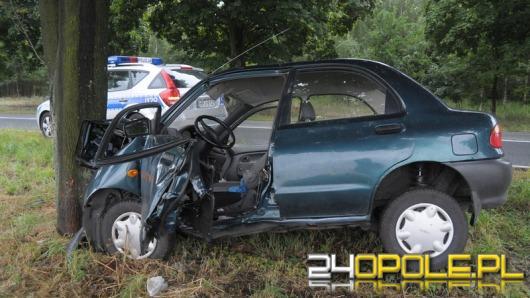 Kierowca mazdy wpadł w poślizg i uderzył w drzewo