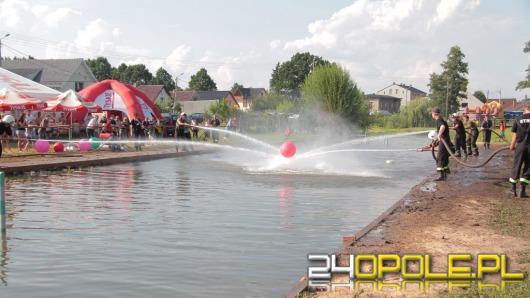 Strażacy grają w piłkę na prąd wodny