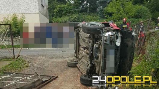 Pijany kierowca staranował płot. Miał prawie 3 promile.
