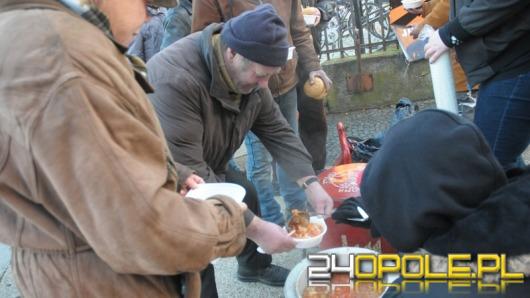 """""""Jedzenie Zamiast Bomb"""". Wolontariusze nakarmili bezdomnych."""