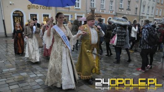 Maturzyści zatańczyli poloneza na opolskim rynku