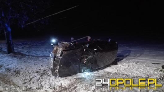 Mercedes wypadł z drogi po zderzeniu z ciężarówką