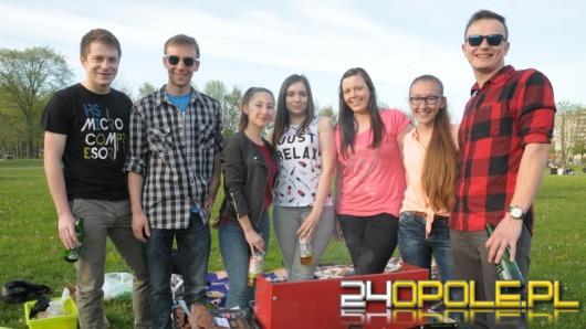 Studenci Politechniki Opolskiej grillują na błoniach PO