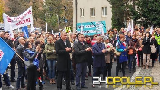 Nauczyciele manifestowali pod Urzędem Wojewódzkim