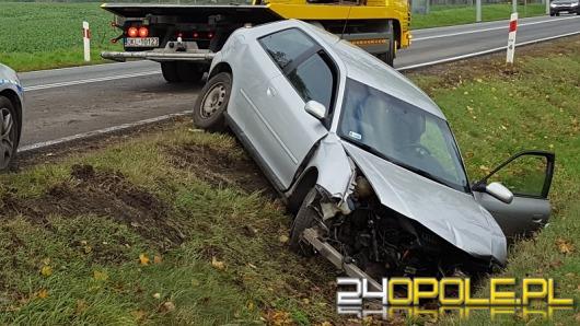 Kierowca audi jechał zbyt szybko, zakończył podróż na drzewie