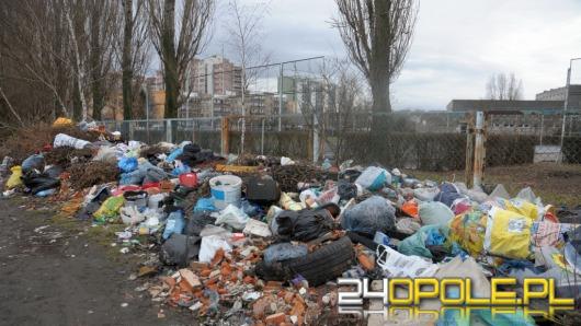 Dzikie wysypisko śmieci straszy w pobliżu działek